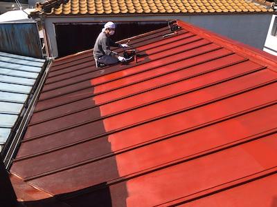 トタン屋根に下塗り