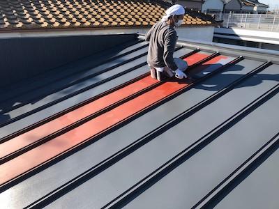 トタン屋根に中塗り